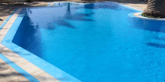 Faire construire une piscine de miroir : conseils, modèles et prix