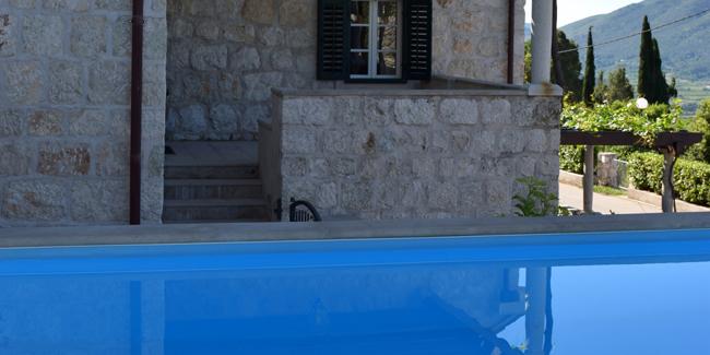 Faire construire une piscine coque de polyester : avantages, inconvénients, devis, prix