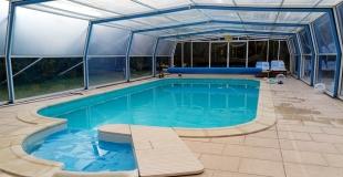 Abri de piscine avec ou sans rail : avantages et inconvénients