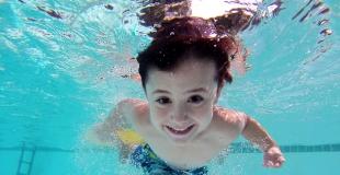7 jeux rigolos, fun et sans danger pour les enfants à faire dans la piscine