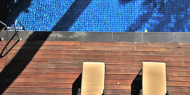 Quels revêtements de sol non glissant pour les abords d'une piscine ?