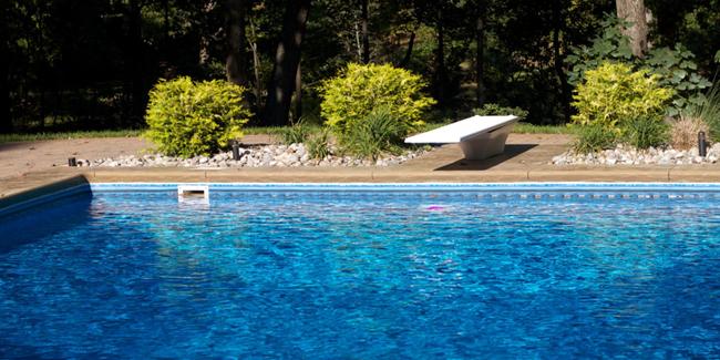 Construire une piscine en limite de propriété : quelles sont les règles ?
