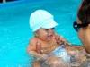 Jouer avec bébé dans la piscine : conseils et bienfaits