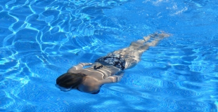 Clarifiant de piscine : fonctionnement, utilisation, dosage