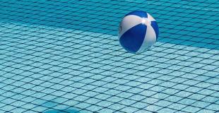 Traitement au chlore de la piscine : avantages, inconvénients, dosage
