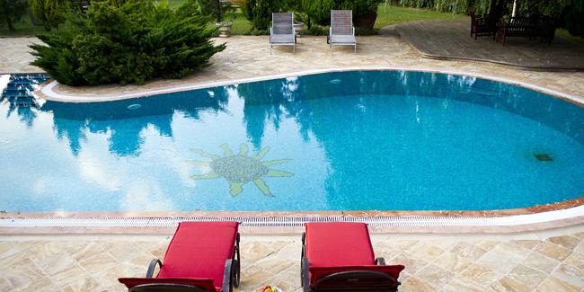 Vacances, absence prolongée : peut-on laisser sa piscine sans surveillance ni traitement ?