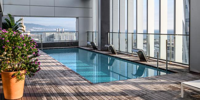Une piscine sur un toit-terrasse : contraintes et réglementations