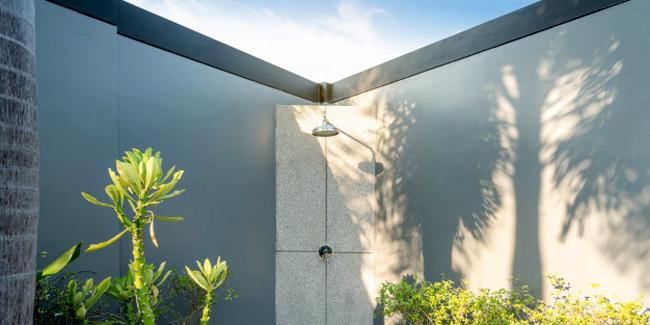 La douche solaire : principe, installation et prix de pose