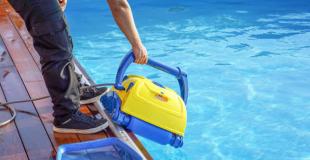 Robot de piscine électrique avec ou sans fil ? Avantages, inconvénients et prix