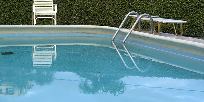 Comment nettoyer les traces de la ligne d'eau d'une piscine ?